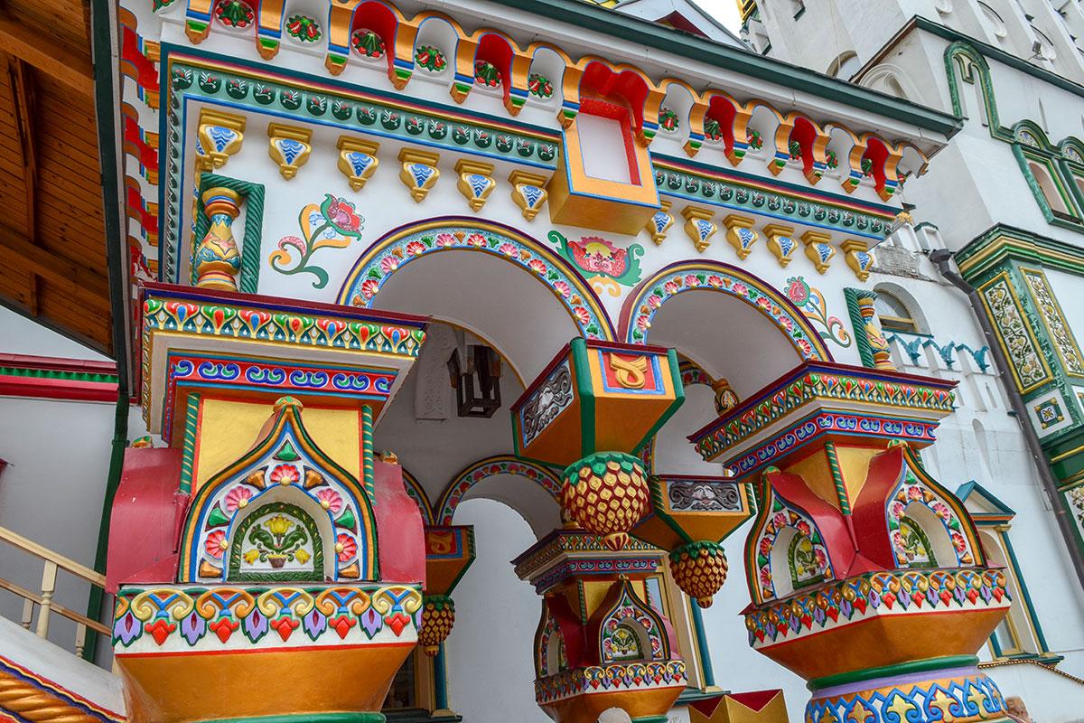 Измайловский Кремль воспроизводит старинную архитектуру русских теремов во всем многообразии форм и многоцветье красок.