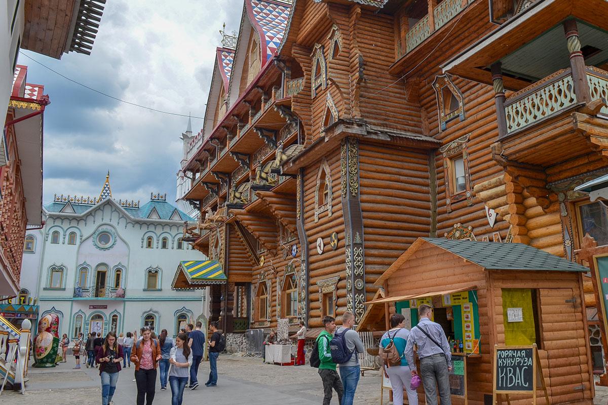 Деревянные и каменные строения на территории Измайловского Кремля одинаково привлекательны, хотя реальных аналогов не имеют.