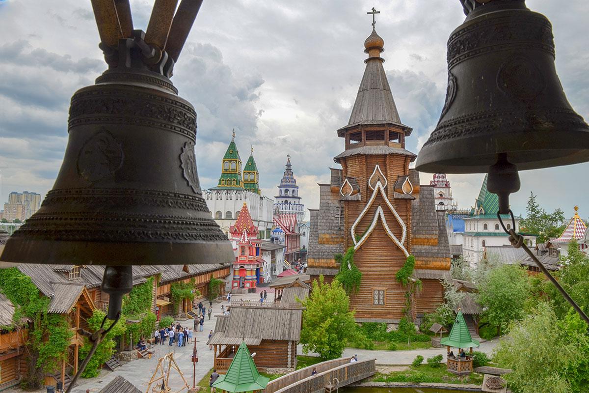 С соседней сторожевой башни деревянный храм Святителя Николая в Измайлово можно рассмотреть достаточно подробно, за исключением звонницы.