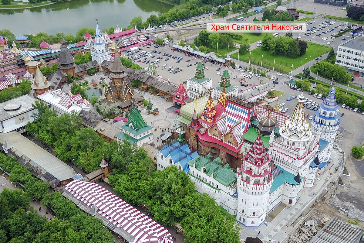 Выделенный на высотной фотографии стрелкой указателя, храм Святителя Николая в Измайлово выглядит гораздо скромнее разрисованных строений.