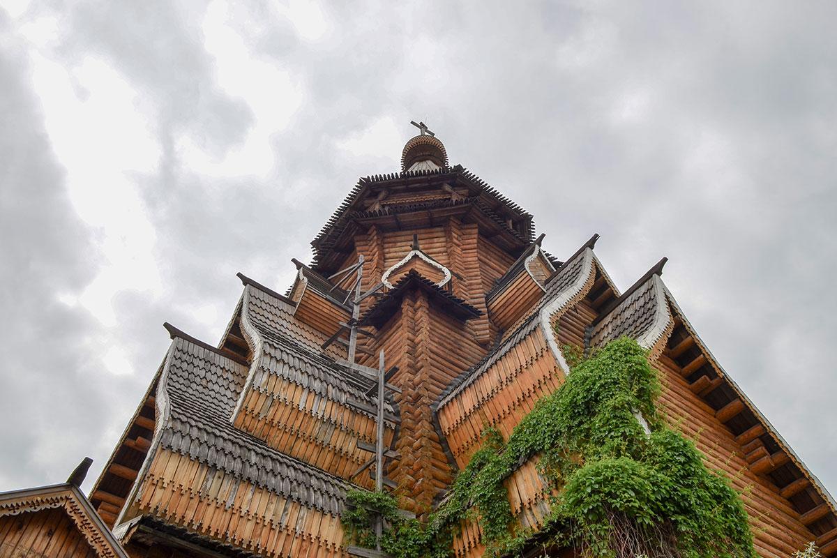 По-старинному просто устроен храм Святителя Николая в Измайлово, несущие конструкции – два сруба, остальное – декоративные элементы.