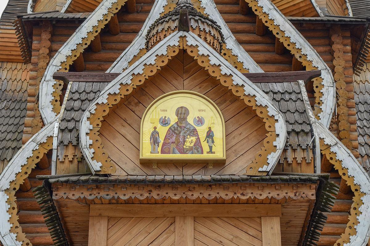 Современный образ Чудотворца, заключенный в герметичную капсулу, - одно из наиболее ярких украшений скромного деревянного храма Святителя Николая в Измайлово.