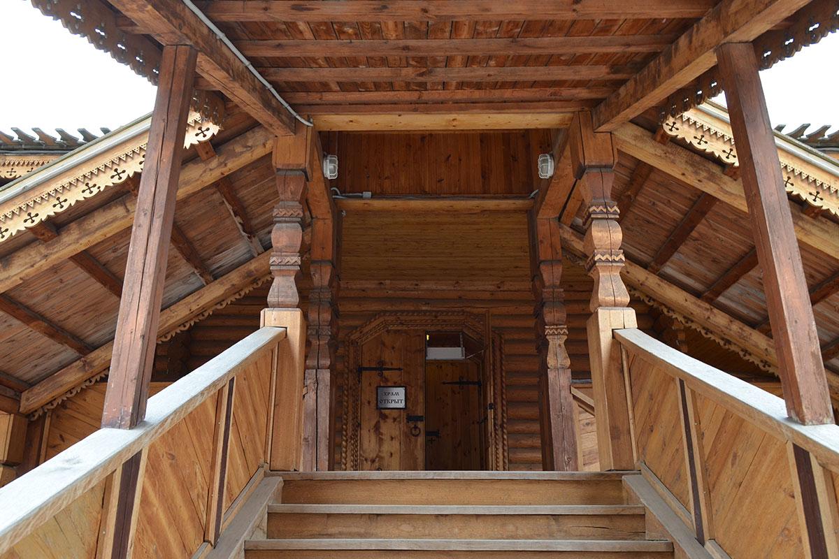 С севера и юга храм Святителя Николая в Измайлово оборудован входными группами из высоких крылечек и восходящих к ним лестниц с навесами.