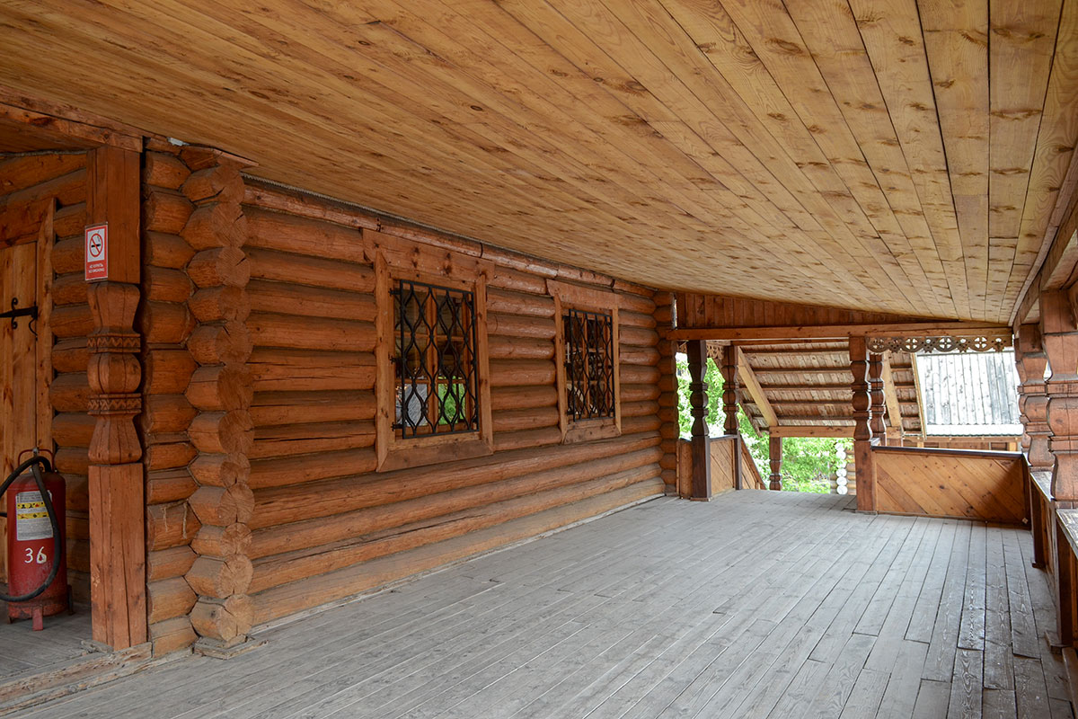 Просторная проходная галерея соединяет оба входа в храм Святителя Николая в Измайлово, от нее свободна только восточная стена алтарной апсиды.
