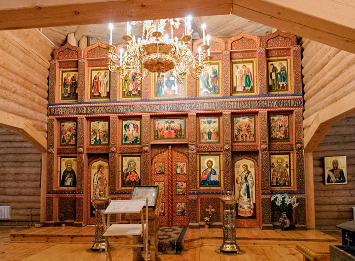 По своему внутреннему убранству современный деревянный храм Святителя Николая в Измайлово полностью соответствует канонам православия.