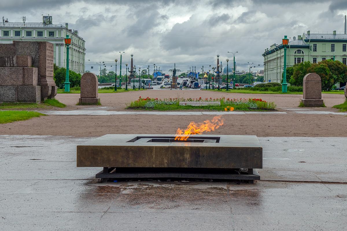 Марсово поле и его мемориальный комплекс первым в СССР обзавелся Вечным огнем, по примеру французского памятника Неизвестному солдату.