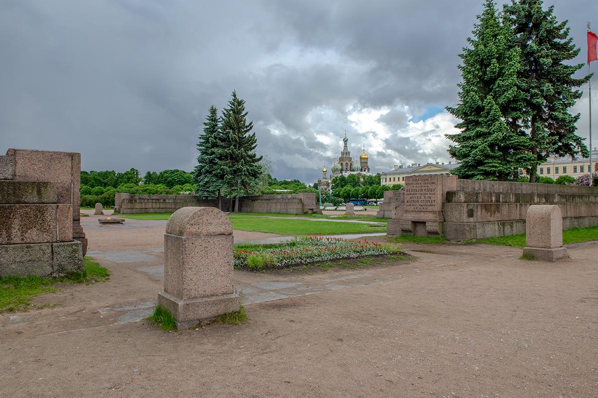 В непосредственном соседстве с мемориальным Марсовым полем находятся казарменные корпуса Павловского полка, построенные архитектором Стасовым.