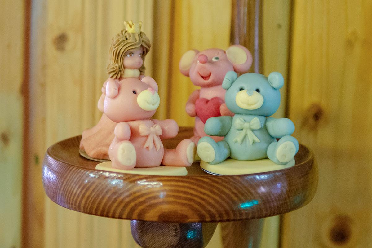 Преимуществами лепки из марципана является возможность имитировать любую поверхность, от мягкой игрушки до фарфоровой статуэтки.