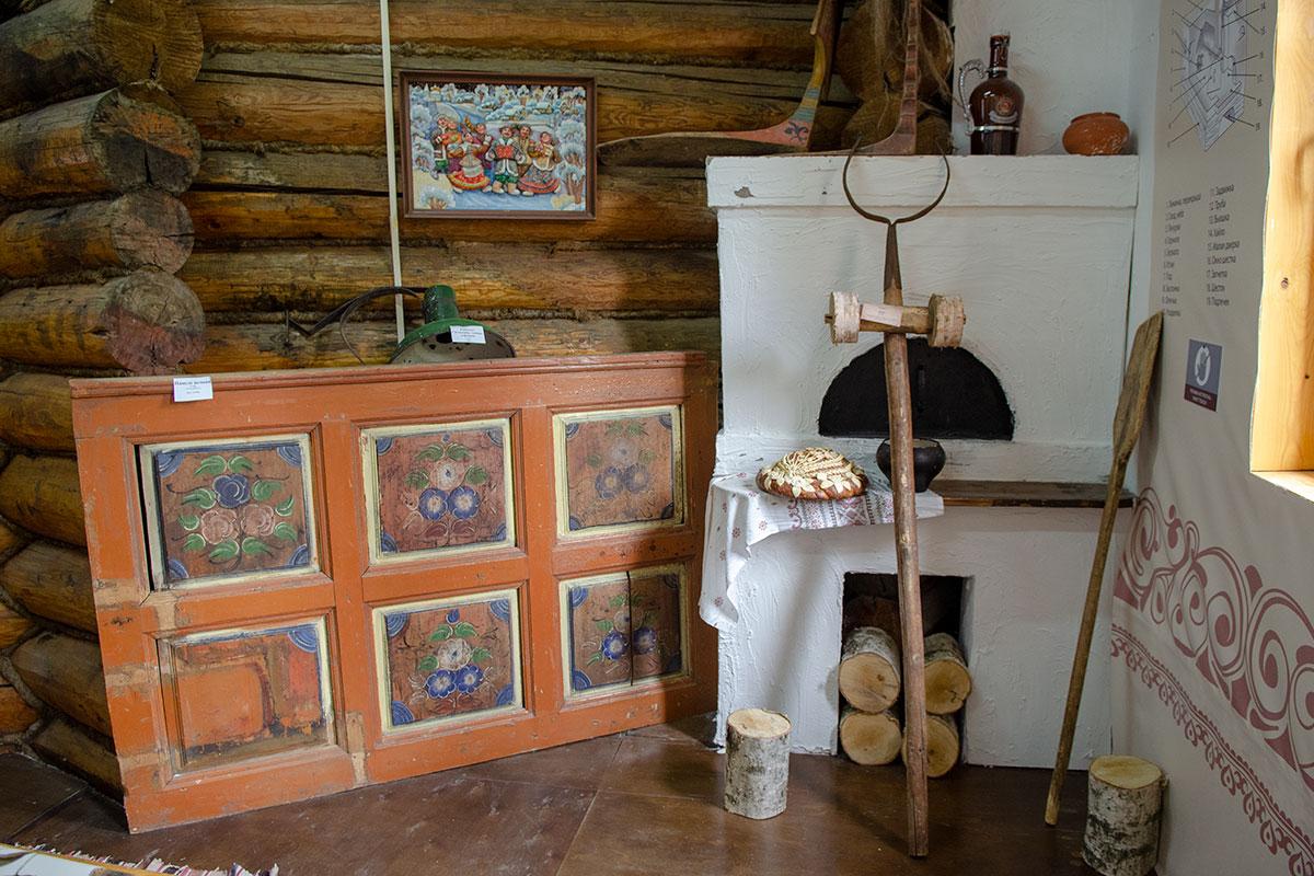 Декоративная русская печь в помещении мастер-классов Музея хлеба в Измайловском Кремле с караваем из заглавного фото никогда не растапливалась.