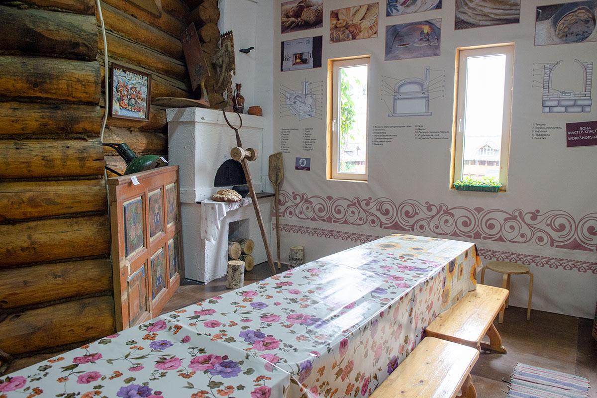 Помещение для проведения мастер-классов Музей хлеба в Измайловском Кремле оборудовал длинным столом и лавками для маленьких участников.