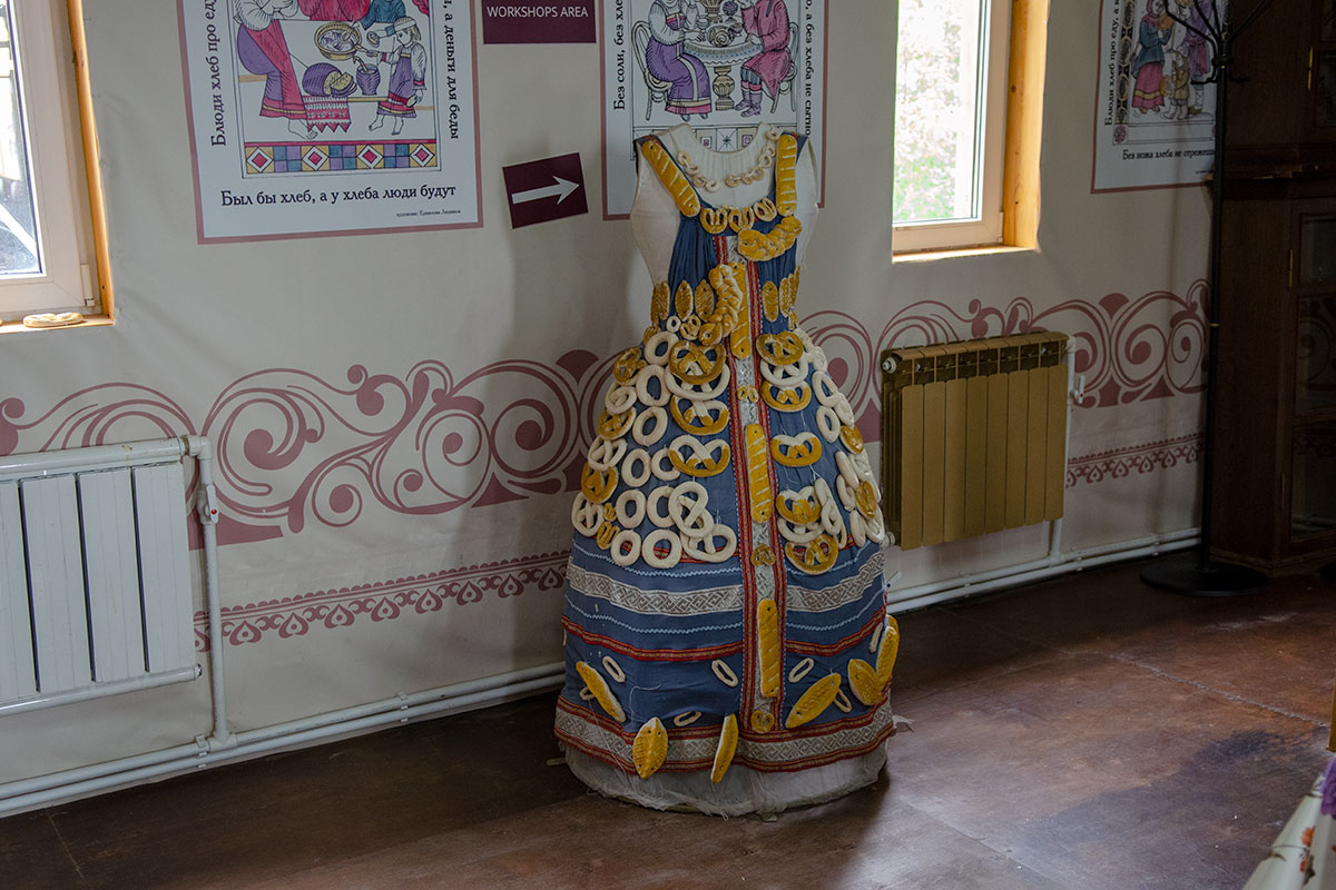 Множество пословиц и поговорок о роли главного продукта в Музее хлеба в Измайловском Кремле соседствуют с расшитым кренделями женским сарафаном.