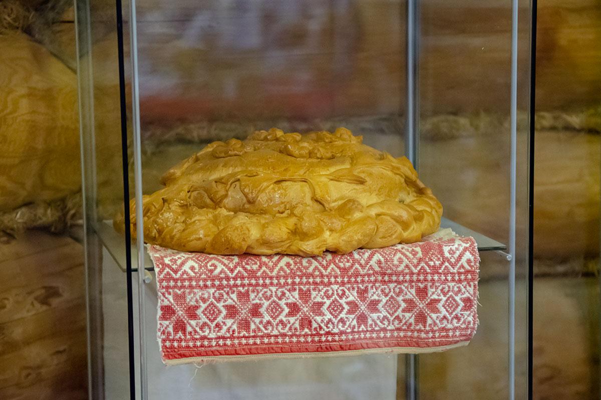 Помещенный в стеклянный шкаф выставочный каравай Музея хлеба в Измайловском Кремле приготовлен скорее всего ведущим здешних мастер-классов.