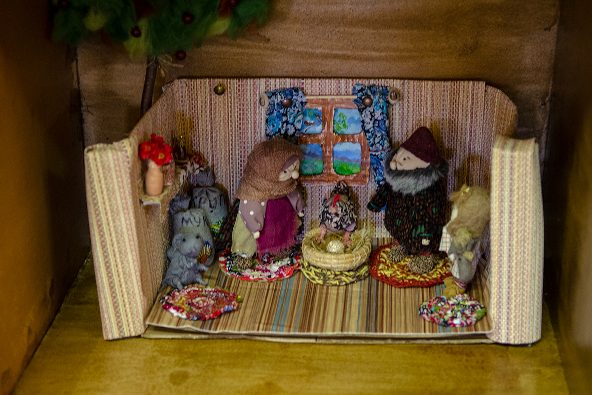Экспозицию Музея русской народной игрушки составляют не только отдельные экспонаты, но и инсталляции игрушечных бытовых сюжетов.