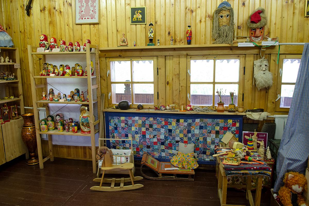 Выставочными экспозициями Музей русской народной игрушки демонстрирует разнообразие материалов, из которых предки их делали.