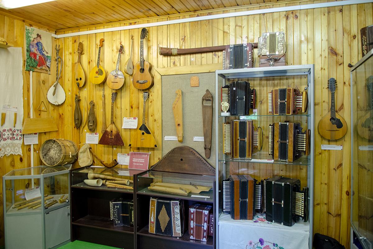 Вроде бы непрофильная для Музея русской народной игрушки экспозиция музыкальных инструментов довольно представительна и любопытна.