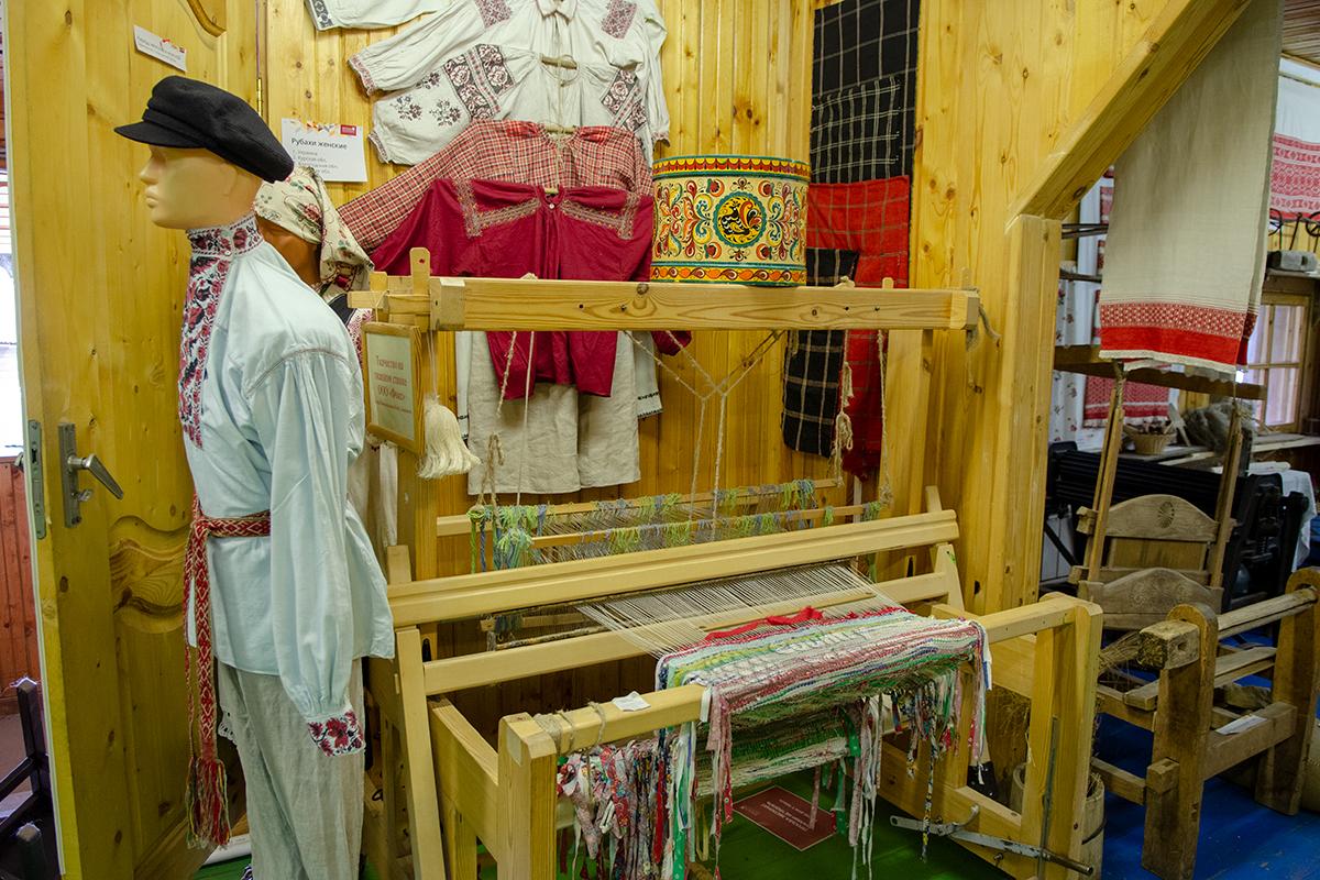 Отдельным разделом Музей русской народной игрушки демонстрирует процессы производства исходных материалов, в том числе ткацкое и швейное.