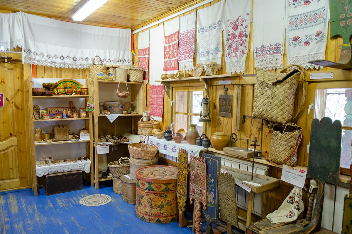 Предметы крестьянского обихода, выполненные руками умельцев разных промыслов, составляют весомую часть экспонатов Музея русской народной игрушки.