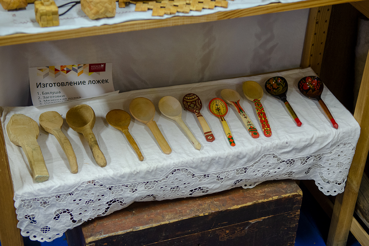 Музей русской народной игрушки познавателен во многих отношениях, процесс производства деревянных ложек он показывает подробнейшим образом.