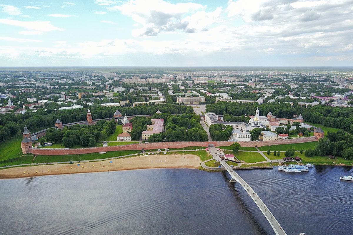 Новгородский Кремль, окруженный крепостной стеной со сторожевыми башнями, расположен на левом берегу реки Волхов и наполнен достопримечательностями.