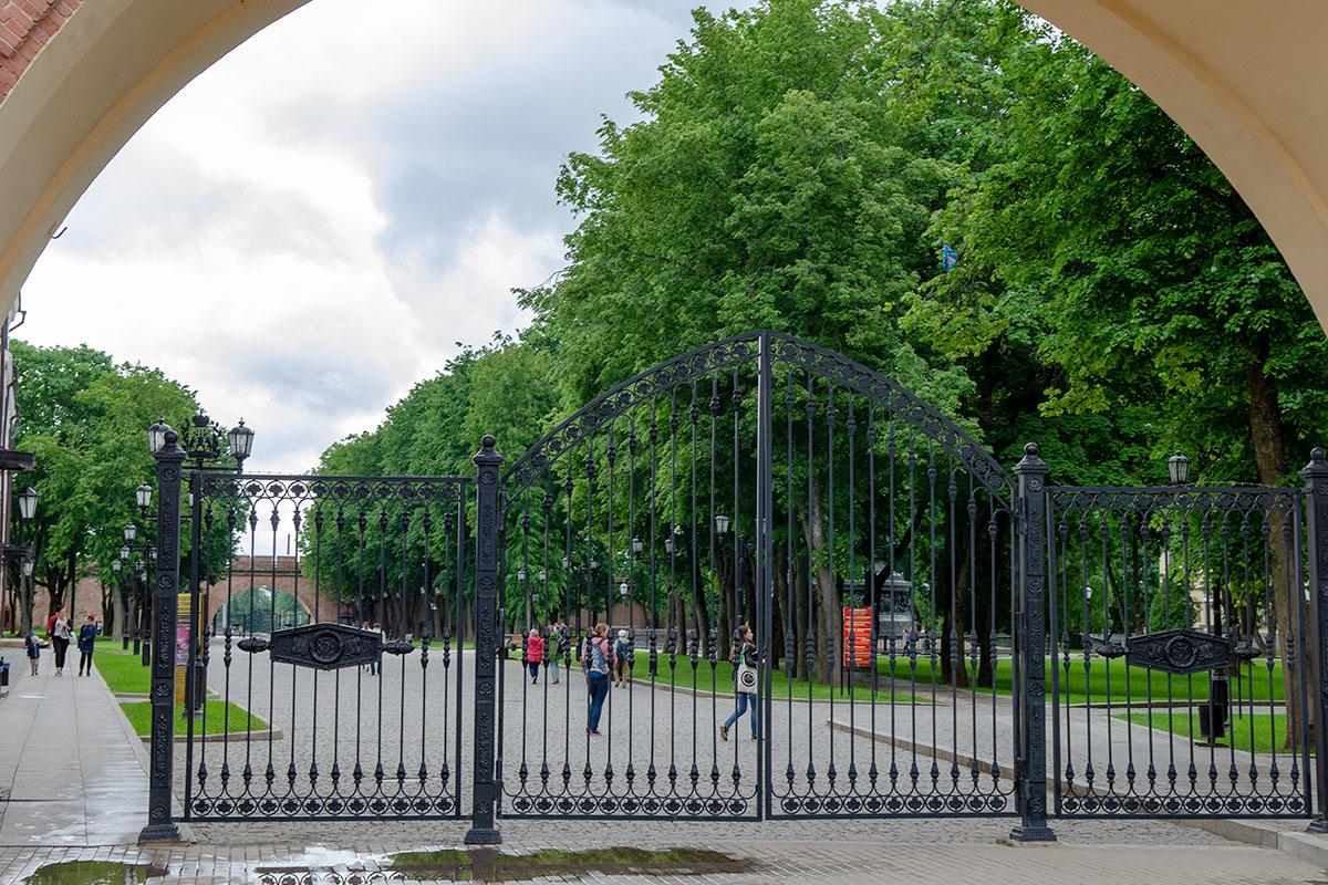 Вместо утраченных входных башен для прохода в Новгородский Кремль возведены широкие арки с металлическими воротами, между которыми пролегает поперечная дорога.