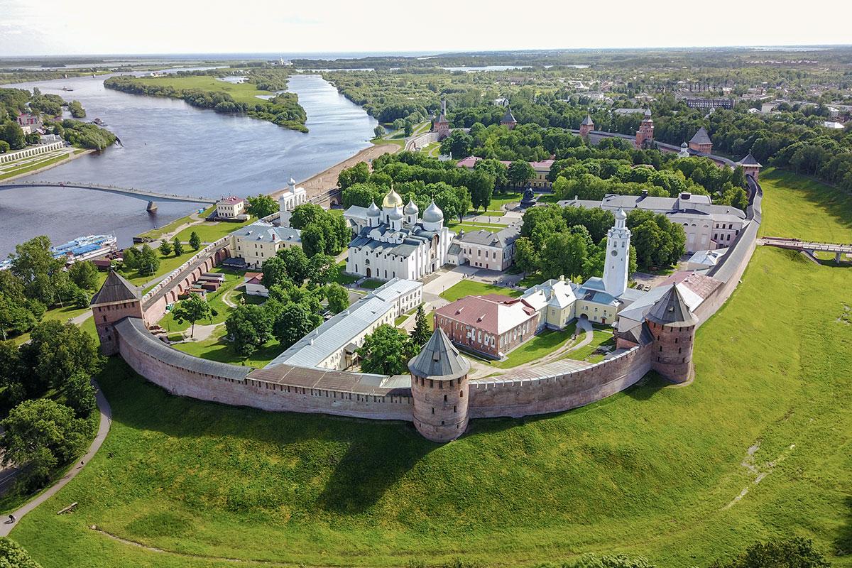 Повторенная заглавная фотография Новгородского Кремля используется для викторины, затеянной обозревателем для теста на внимательность читателей.