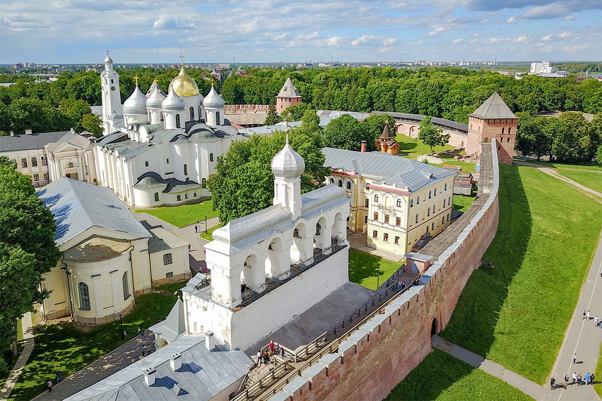 В северной части Новгородский Кремль сосредоточил многие примечательные строения, начиная от древнейшего в России каменного Софийского собора.