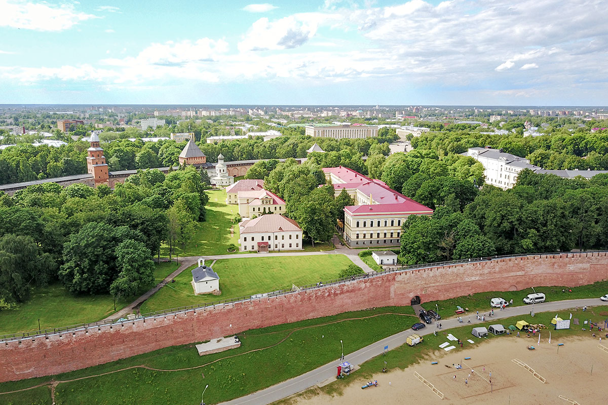 Южная часть территории Новгородского Кремля приметна двумя небольшими храмами у противоположных стен и длинным зданием Присутственных мест.