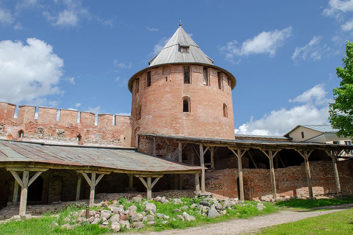 Одна из сторожевых башен Новгородского Кремля, включенная в тест на внимательность, соседствует с еще не реставрированными развалинами.