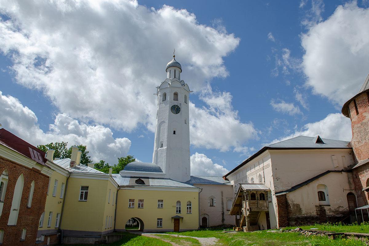 Архиерейское подворье Новгородского Кремля опознается по высотной башне Часозвоня, к которой примыкают несколько исторических построек разных лет.