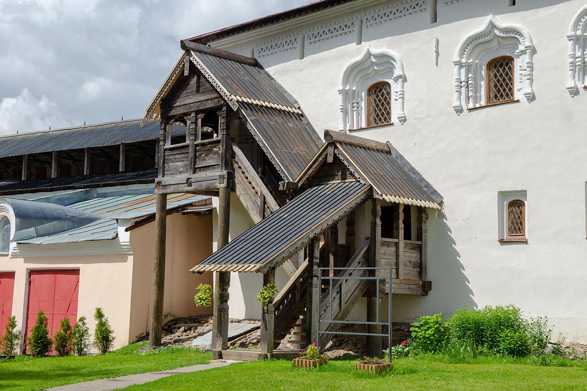 Приметным выглядит Лихудов корпус в Новгородском Кремле, с резным деревянным крыльцом входа на оба этажа и живописным обрамлением окон.