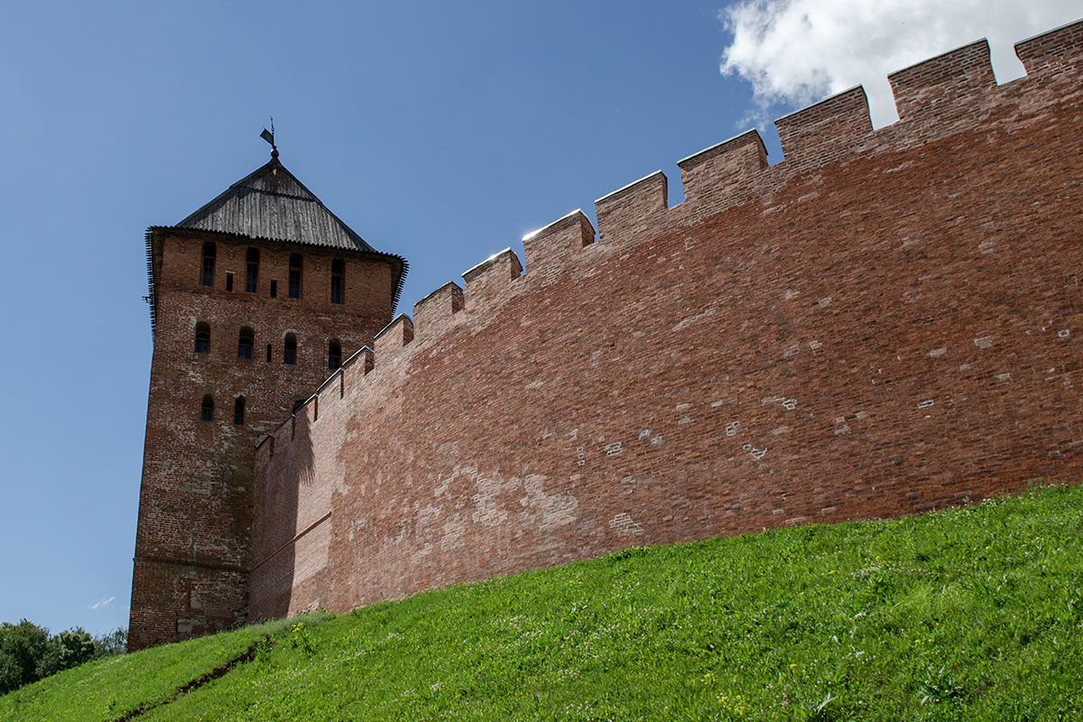 Квадратная в сечении сторожевая башня Новгородского Кремля, включенная в тест на внимательность читателей, расположена у крутого откоса.