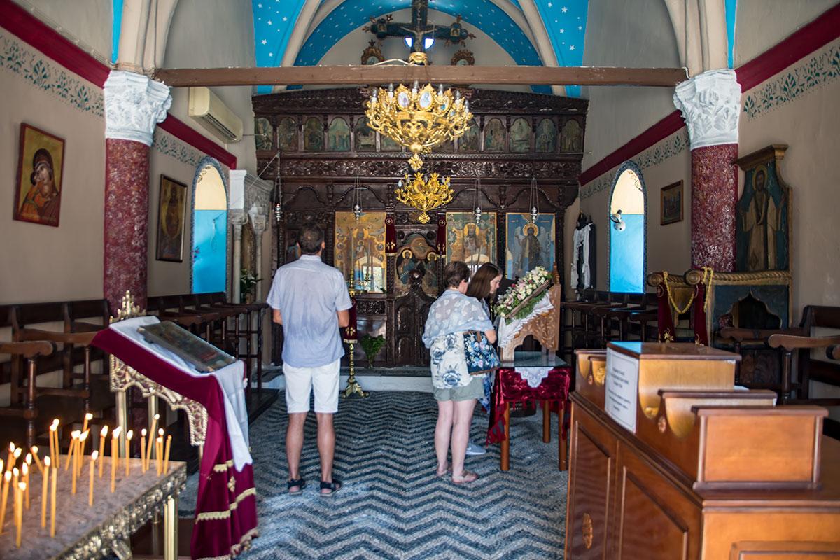 Молитвенный зал церкви Панагия Калопетра, небольшой по габаритам, имеет всю атрибутику и оформление, характерные для православия.