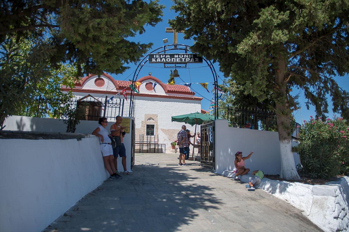 Входящих на территорию монастыря Панагия Калопетра встречает вывеска на греческом языке, где нижняя строка русским абсолютно понятна.