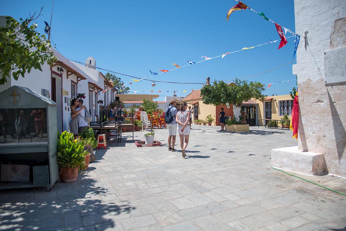 Ровная площадка внутреннего двора монастыря Панагия Калопетра способна принять множество гостей, расставив приготовленную мебель.