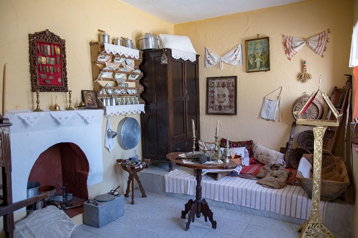 Панагия Калопетра не препятствует осмотру подсобных монастырских помещений, это в русле традиций греческого православия и народа.