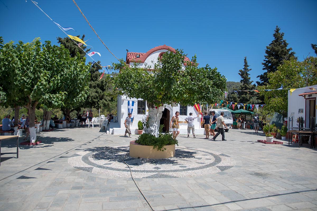 В центре площади двора монастыря Панагия Калопетра – старое стриженное дерево, вокруг выложена галечная мозаика хохлаки.