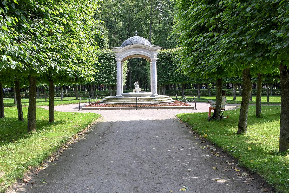 Своим названием ротонда из четырех колонн, известная как розовый фонтан, обязана плохо различимому оттенку мрамора, из которого построена.