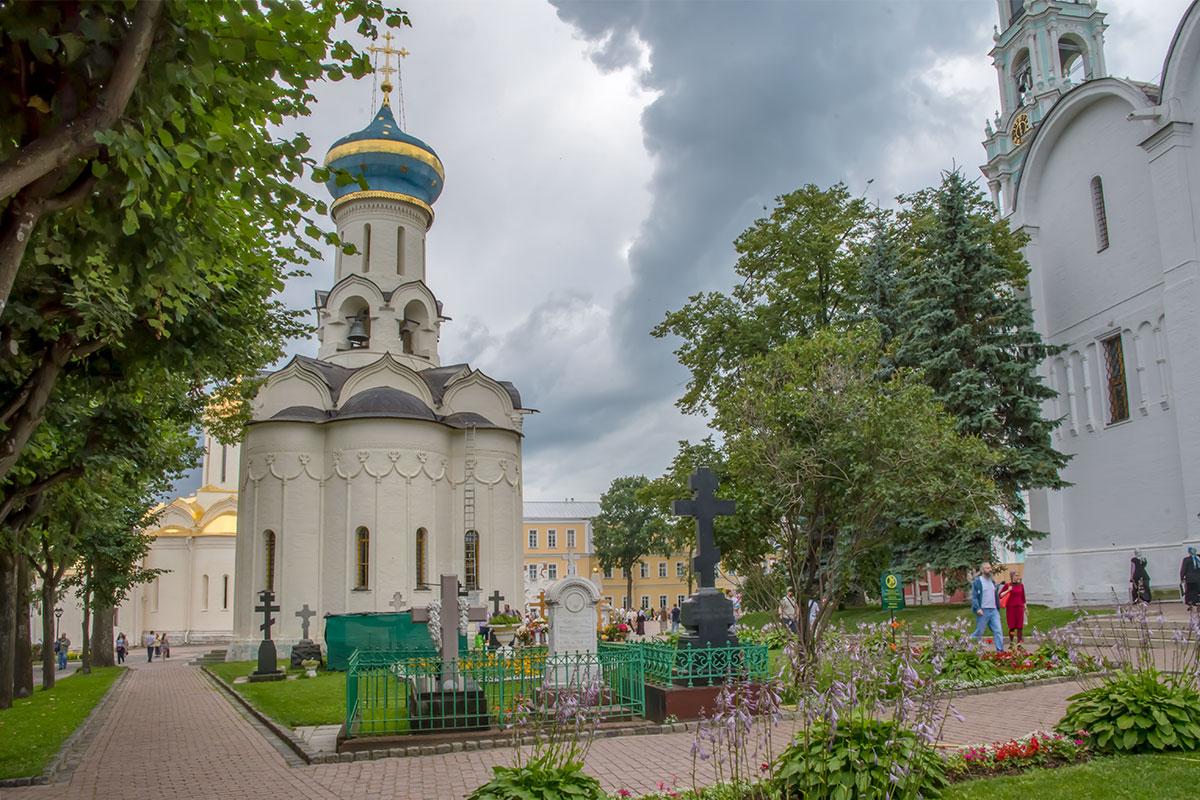 Церковь Сошествия Святого Духа на апостолов, один из интереснейших храмов Троице Сергиевой Лавры, имеет колокольню в основании своего светового барабана.