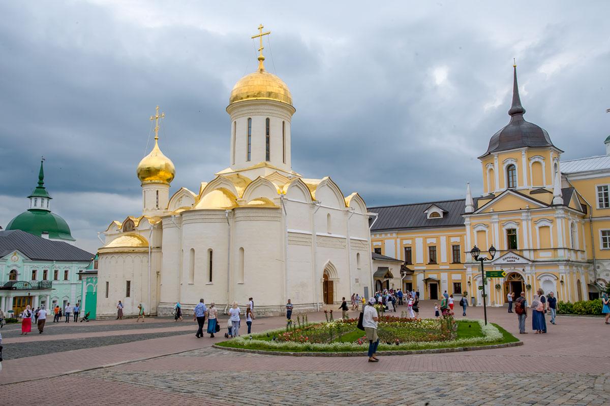 Старейший в Троице Сергиевой Лавре мемориальный Троицкий собор построен всего за год для упокоения мощей Сергия Радонежского.
