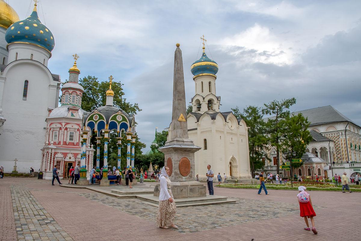 Соборная площадь Троице Сергиевой Лавры украшена памятным монументом, напоминающим о героическом прошлом монашеской обители.