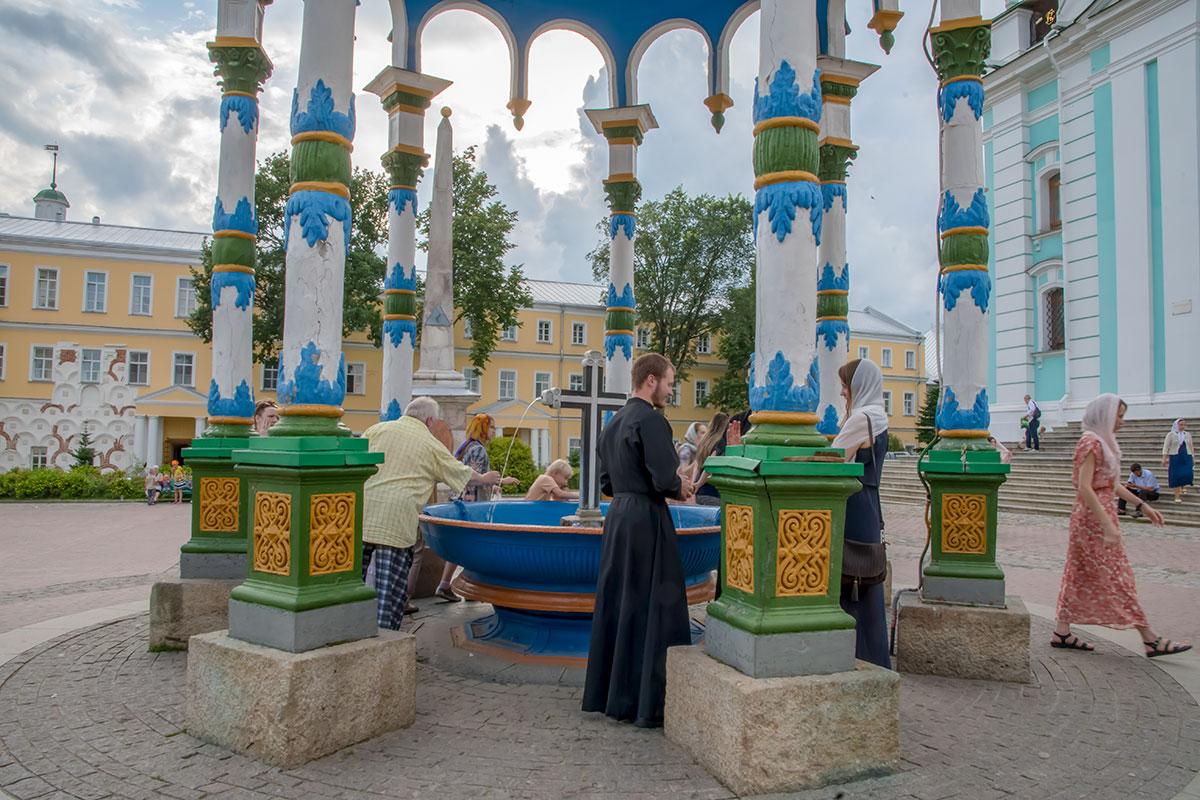 Источником чудотворной воды Троице Сергиева Лавра обзавелась при ремонте фундаментов Успенского собора, ее используют для водосвятия.