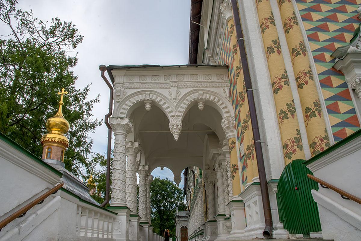 Среди многочисленных достопримечательностей Троице Сергиевой Лавры оформление храма Сергия Радонежского – одна из наиболее привлекательных.
