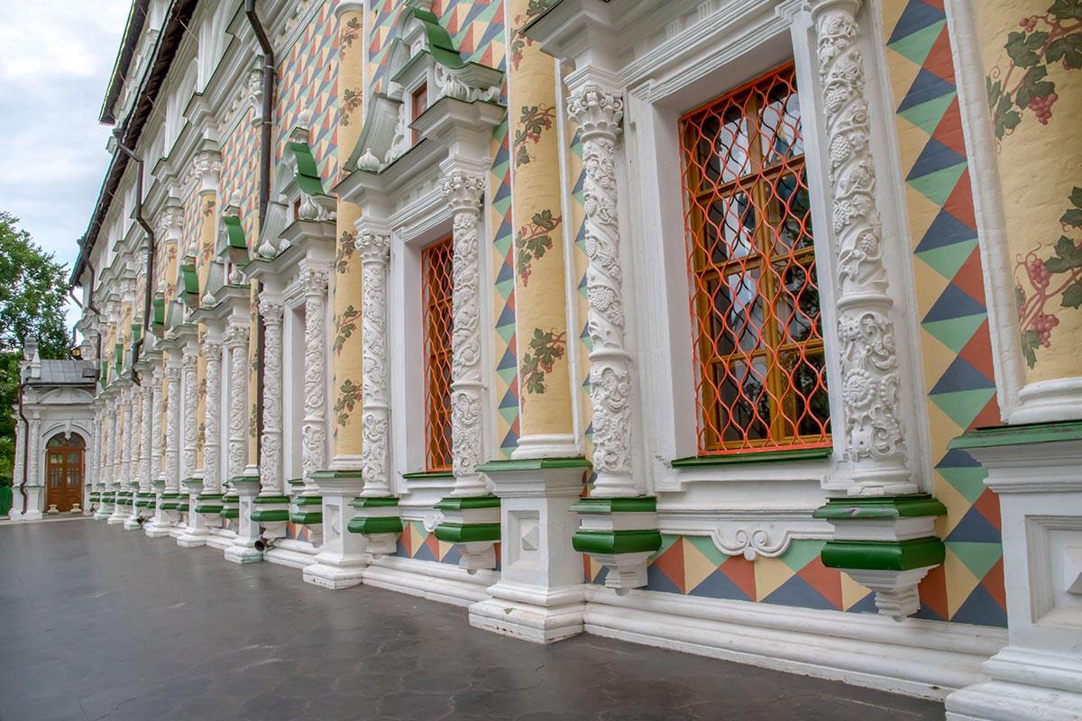 Троице Сергиева Лавра привлекает многими примечательными объектами, один из самых красочных – храм Сергия Радонежского с трапезной.