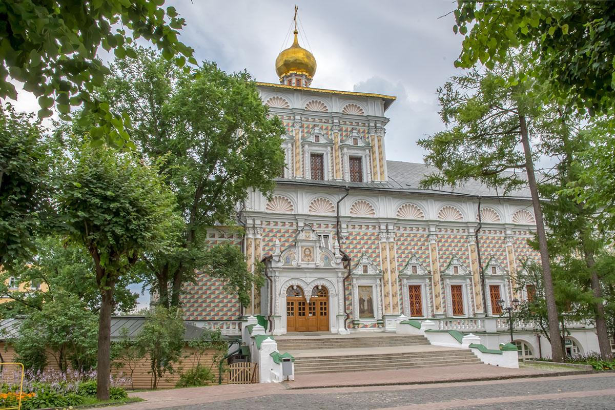 Храм Сергия Радонежского с трапезной, длиной в 80 метров, Троице Сергиева Лавра обрела по воле соправителей Ивана V и Петра I.