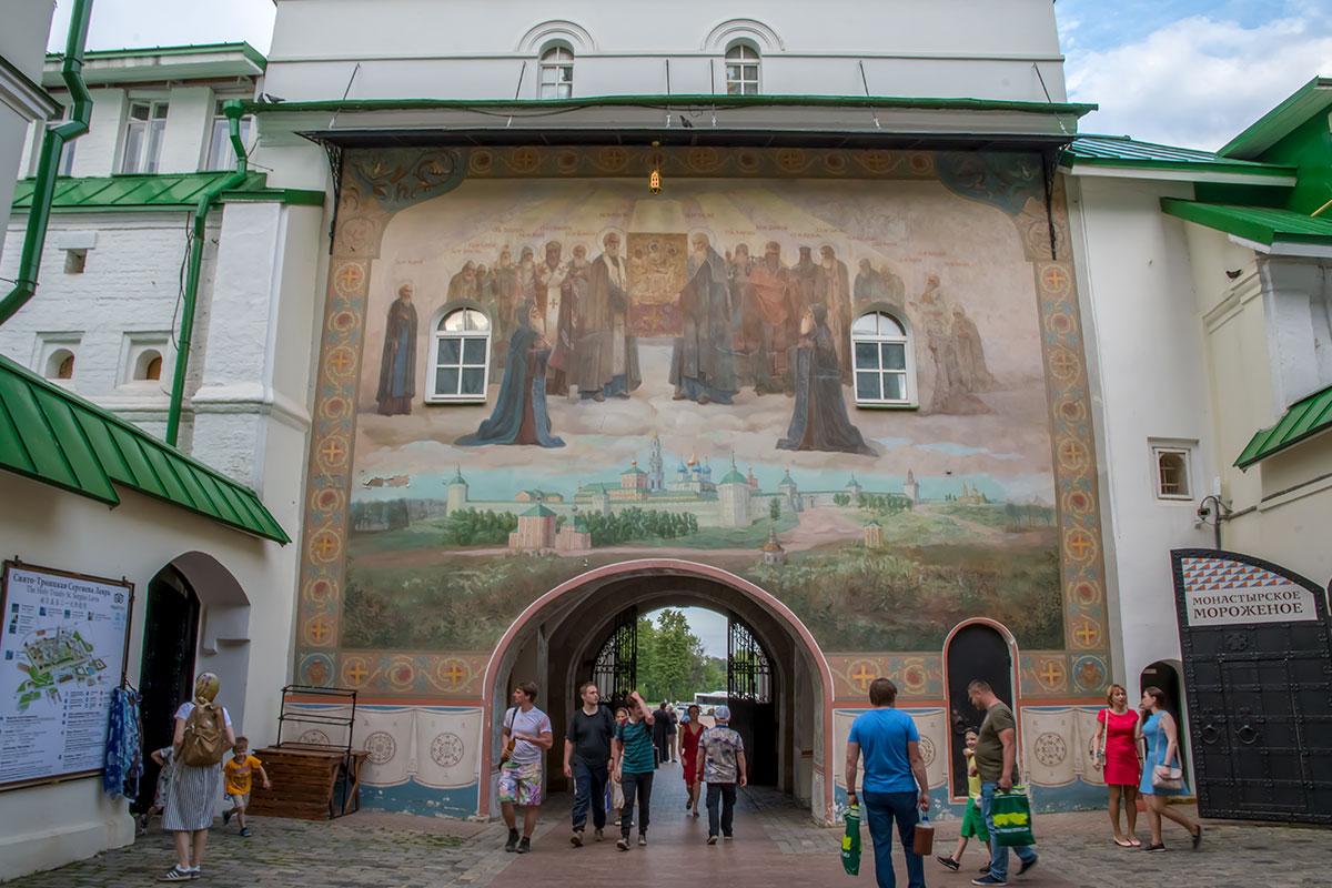 Настенные росписи некоторых строений Троице Сергиевой Лавры привлекают своей монументальностью и качеством изображений.