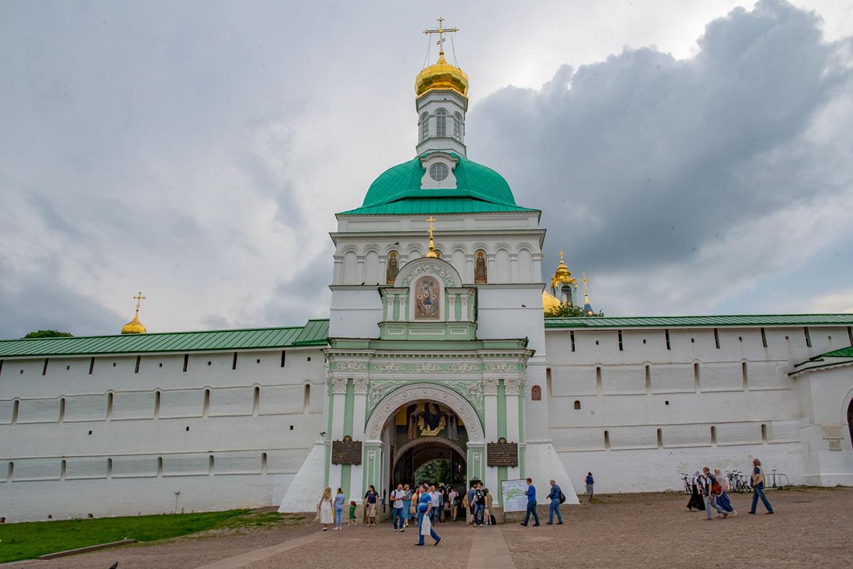 Белокаменными стенами с узкими бойницами окружена Троице Сергиева Лавра, бывшая частью защитного пояса Москвы, сейчас – главный монастырь страны.