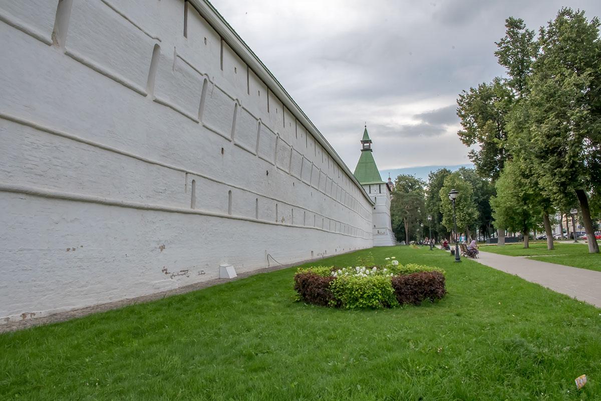 Белокаменная крепостная стена, окружающая Троице Сергиеву Лавру, напоминает о боевом прошлом монашеской обители.