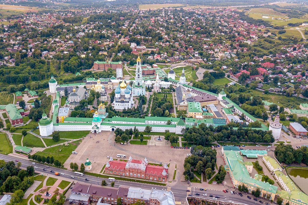 Троице Сергиева Лавра находится в городке Сергиев Посад, территория вытянута вдоль московской дороги с юга на север.