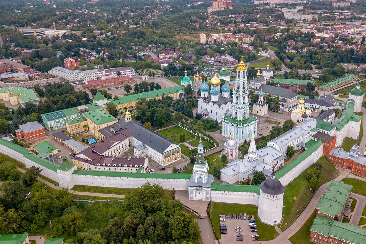 Чтобы показать Троице Сергиеву Лавру со всеми ее храмами и корпусами, очень пригодился летающий фотограф и его высотные снимки.