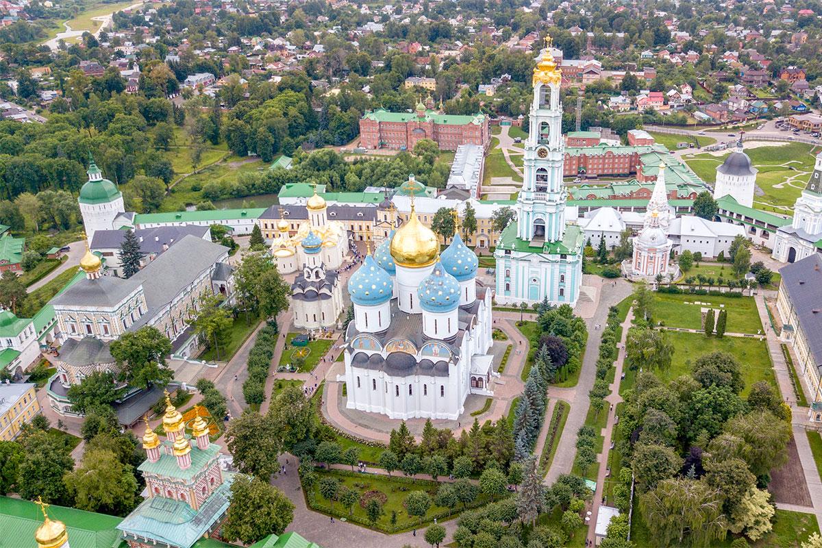 Над входом в Троице Сергиеву Лавру виден расписной надвратный храм, внутри наиболее выделяются Успенский собор и высоченная колокольня.